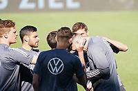 Niklas Süle (Deutschland Germany) hat beim Ohren-Schnicken verloren und hat Spaß mit Thomas Mueller (Deutschland Germany) - Innsbruck 01.06.2021: Abschlusstraining Deutsche Nationalmannschaft