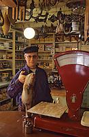 Europe/Norvège/Iles Lofoten/Svolvaer: Restaurant Svinoya Borsen Robuer le proprietaire John Berg dans le magasin général pour les pécheurs