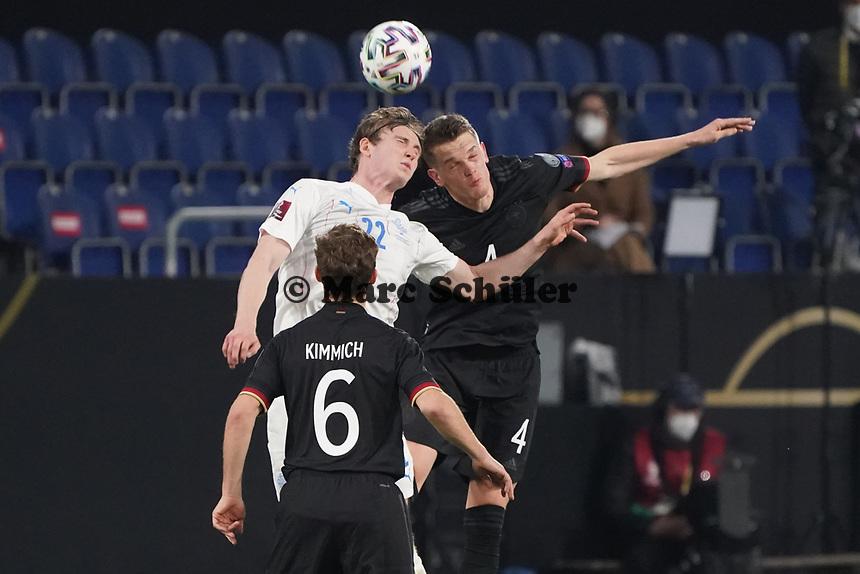Jon Dadi Boedvarsson (Island Iceland) gegen Matthias Ginter (Deutschland Germany) - 25.03.2021: WM-Qualifikationsspiel Deutschland gegen Island, Schauinsland Arena Duisburg