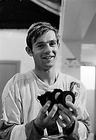 Sujet : Guy Lafleur, capitaine des Remparts de Quebec, son troisieme tour du chapeau<br /> Date : 26 octobre 1969<br /> <br /> Photographe : Photo Moderne<br /> - Agence Quebec Presse