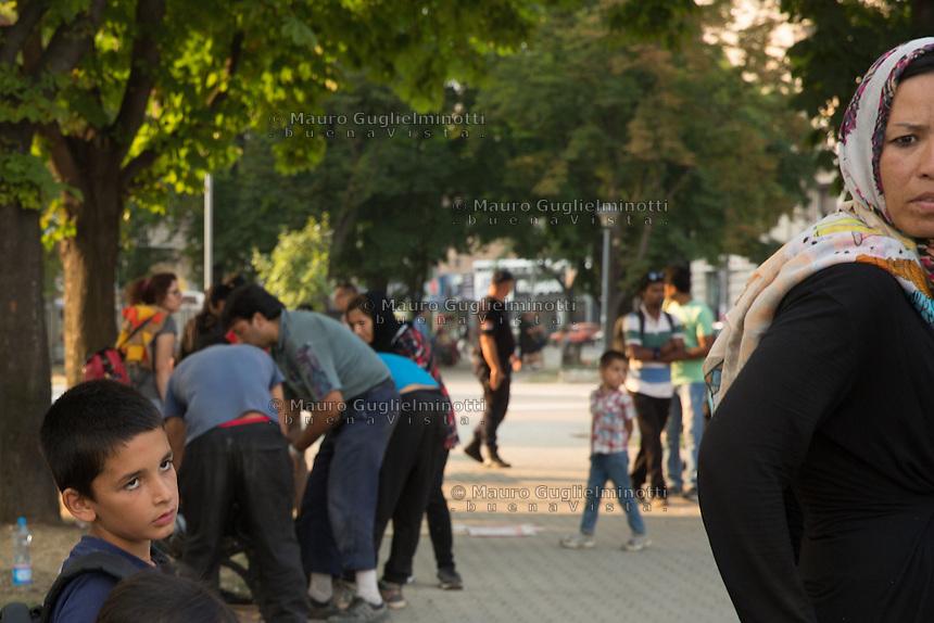 Migranti nel parco della stazione dei bus di Belgrado. Migrants on the bus station park in Belgrade Beograd. <br /> Un bambino guarda sua madre Boy looking at his mother