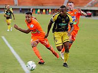 ENVIGADO - COLOMBIA, 14–08-2021: Ivan Rojas de Envigado F. C. y Bayron Garces de Alianza Petrolera disputan el balon durante partido entre Envigado F. C. y Alianza Petrolera de la fecha 5 por la Liga BetPlay DIMAYOR II 2021, en el estadio Polideportivo Sur de la ciudad de Envigado. / Ivan Rojas of Envigado F. C. fights for the ball with Bayron Garces of Alianza Petrolera, during a match between Envigado F. C. and Alianza Petrolera of the 5th date for the BetPlay DIMAYOR II League 2021 at the Polideportivo Sur stadium in Envigado city. / Photo: VizzorImage / Donaldo Zuluaga / Cont.