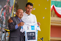 ZIPAQUIRA - COLOMBIA, 07-08-2019: Egan Bernal, ciclista colombiano, presenta la camiseta de Campeón del Tour de Francia 2019 en compañía de sui primer entrenador Fabio Rodriguez durante el homenaje en su ciudad natal Zipaquirá. / Egan Bernal, Colombian cyclist, presents the white yersey as champion of the Tour de France 2019 with his first trainer, Fabio Rodriguez, during a tribute in his town Zipaquira. Photo: VizzorImage / Diego Cuevas / Cont