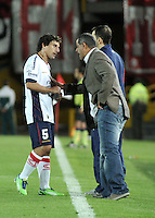BOGOTA - COLOMBIA- 02-04-2013: Francisco Arce, (Der.) técnico de Cerro Porteño de Paraguay da instrucciones a Mathías Corujo (Izq.) durante partido en el estadio Nemesio Camacho El Campín de la ciudad de Bogotá, partido por el grupo 6 de la Copa Bridgestone Libertadores 2013, abril 2 de 2013.  (Foto: VizzorImage / Luis Ramírez / Staff).  Francisco Arce, (R) coach of  Cerro Porteño from Paraguay gives instructions to Mathías Corujo (L) during a match for the group 6 of the Copa Bridgestone Libertadores 2013,  at Nemesio Camacho El Campin Stadium in Bogota city, onApril 2, 2013, (Photo: VizzorImage / Luis Ramirez / Staff)