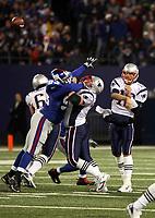 Pass von Quarterback Tom Brady (Patriots)<br /> New York Giants vs. New England Patriots<br /> *** Local Caption *** Foto ist honorarpflichtig! zzgl. gesetzl. MwSt. Auf Anfrage in hoeherer Qualitaet/Aufloesung. Belegexemplar an: Marc Schueler, Am Ziegelfalltor 4, 64625 Bensheim, Tel. +49 (0) 6251 86 96 134, www.gameday-mediaservices.de. Email: marc.schueler@gameday-mediaservices.de, Bankverbindung: Volksbank Bergstrasse, Kto.: 151297, BLZ: 50960101