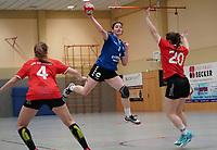 Nathalie Schäfer (Walldorf) wirft gegen Patrica Becker (Darmstadt) - Mörfelden-Walldorf 09.02.2020: TGS Walldorf vs. TGB Darmstadt, Sporthalle