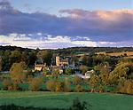 Grossbritannien, England, Oxfordshire, Swinbrook: Dorf am Windrush Fluss | Great Britain, England, Oxfordshire, Swinbrook: Sunset view over Cotswold village on the Windrush river.