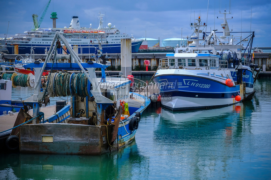 Europe/France/Normandie/76/Seine Maritime/ Le Havre :  Bateaux de Pêche au port avec en fond Ferry au Port de Commerce et raffinerie  //  Europe / France / Normandy / 76 / Seine Maritime / Le Havre: Fishing boats in the port with Ferry in the background at the Commercial Port and refinery