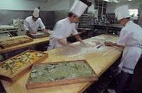 """Europe/Italie/Lombardie/Lac de Come/Cernobbio: dans les cuisines du palace """"La Villa d'Este"""" fabrication des pates"""