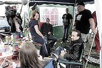 Fernsehinterview mit Wackenbesuchern auf dem Campingplatz. Foto: Saskia Gaulke