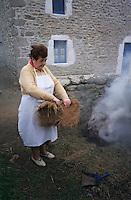 """Europe/France/Bretagne/29/Finistère/Ile d'Ouessant: Jeanne Le Gall fait cuire le """"Ragout sous les mottes de Tourbe """" - Ragout de mouton de l'Ile [Non destiné à un usage publicitaire - Not intended for an advertising use]"""