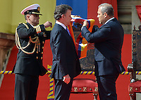 BOGOTA – COLOMBIA – 07 – 08 – 2014: Juan Manuel Santos recibe la banda presiencial de Jose David Name, Presidente del Congreso en ceremonia en El Patio Nuñez del Congreso de la Republica Colombia durante posesión presidencial del segundo periodo 2014-2018. /  Juan Manuel Santos received the presidential sash from Jose David Name, President of the Congress in ceremony at the El Patio Nuñez del Congreso de la Republica Colombia during the second presidential inauguration period 2014-2018. Photo: VizoorImage / Gabriel Aponte / Staff.