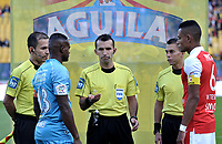 BOGOTA - COLOMBIA - 25 - 02 - 2018: Carlos Andres Betancur (Cent.), arbitro, con los capitanes William Tesillo (Der.) de Independiente Santa Fe y Juan Pablo Zuluaga (Izq.) de Jaguares, durante partido de la fecha 5 entre Independiente Santa Fe y Jaguares F. C., por la Liga Aguila I 2018, en el estadio Nemesio Camacho El Campin de la ciudad de Bogota. / Carlos Andres Betancur (C), referee, with the captains William Tesillo (R) of Independiente Santa Fe and Juan Pablo Zuluaga (L) of Jaguares, during a match of the 5th date between Independiente Santa Fe and Jaguares F. C., for the Liga Aguila I 2018 at the Nemesio Camacho El Campin Stadium in Bogota city, Photo: VizzorImage / Luis Ramirez / Staff.