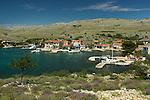 Le petit village de Vrulje sur l'île de Kornat prend vie pendant l'été avec l'arrivée des vacanciers et des plaisanciers. Parc national des Kornati. .The small village of Vrulje on Kornat island is a popular resort for sailors during summer. Kornati national park