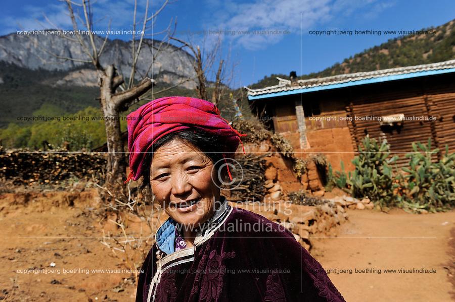 CHINA Yunnan Lugu Lake , ethnic minority Mosuo who are buddhist and women have a matriarch / CHINA Provinz Yunnan , ethnische Minderheit Mosuo am Lugu See , die Mosuo sind Buddhisten und Mosuo Frauen ueben ein Matriarchat aus, Frau Zhi Ma, 63 Jahre alt, im Dorf Nisai