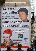 Europe/France/Ile-de-France/75009/Paris: Noêl à Paris  rue du Faubourg Montmartre, deux femmes deux visions de la société