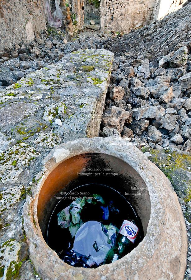 - NAPOLI 3 MAR  2014 -  Nuovo cedimento dopo quello di ieri, negli Scavi di Pompei. A venire giù è stato un muro di 2 metri in un'area non scavata di via Nola. Si tratta del costone di una bottega chiusa al pubblico nella regione V, insula 2, civico 19. NELLA FOTO