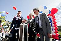 22-4-09, Den Haag, Opening 50e Krajicek Foundation playground, Richard Krajicek geeft met Burg. Aartsen van Den Haag (m) en gedeputeerde een druk op de knop om ballonnen los te laten als openingshandeling..