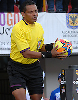 BOGOTA - COLOMBIA -04 -05-2014: Juan Gamarra, arbitro, durante partido de vuelta entre Independiente Santa Fe y Once Caldas por los cuartos de final de la Liga Postobon I-2014, jugado en el estadio Nemesio Camacho El Campin de la ciudad de Bogota. / Juan Gamarra, referee, during a match for the second leg between Independiente Santa Fe and Once Caldas for the quarter of finals of the Liga Postobon I -2014 at the Nemesio Camacho El Campin Stadium in Bogota city, Photos: VizzorImage / Luis Ramirez / Staff.
