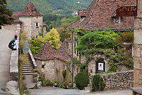 France, Lot (46), vallée du Lot, Saint-Cirq-Lapopie, labellisé Les Plus Beaux Villages de France, ruelle et tour carrée du château // France, Lot, Lot valley, Saint-Cirq-Lapopie, labelled Les Plus Beaux Villages de France (The most beautiful villages of France)