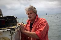 """Europe/France/Aquitaine/33/Gironde/Bassin d'Arcachon/Lège-Cap-Ferret:  En chaland sur le Bassin d'Arcachon avec   Joël Dupuch, ostréiculteur à Lège-Cap Ferret et  acteur dans le film """"Les Petits mouchoirs"""" de Guillaume Canet [Non destiné à un usage publicitaire - Not intended for an advertising use] // France, Gironde, Arcachon Bay, Lege Cap Ferret, by barge on the Bassin d'Arcachon with Joel Dupuch, oyster in Lege Cap Ferret and actor in the film Little White Lies Guillaume Canet"""