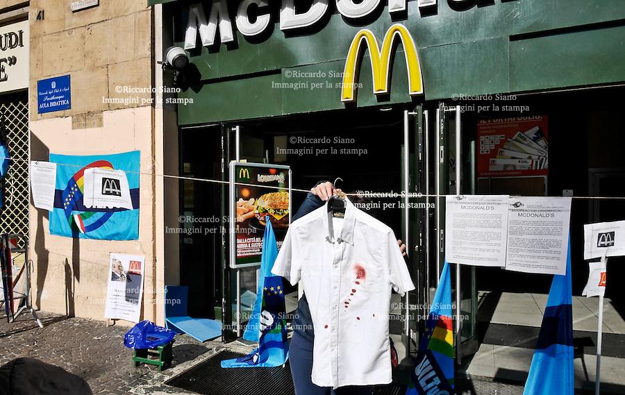 - NAPOLI, 8 FEB - Camici da lavoro con macchie rosse, a simboleggiare il sangue, appesi a un filo steso davanti all'ingresso del fast food e un altoparlante che diffonde sempre la stessa musica, quasi una sorta di disturbo sonoro. È la modalità della protesta inscenata dai lavoratori del ristorante McDonald's di piazza Municipio a Napoli. La società Napoli Futura che gestisce l'attività ha annunciato 39 licenziamenti. I lavoratori sollecitano la apertura di un tavolo negoziale con il ripristino del rispetto delle regole contrattuali, tra cui part-time, ferie, procedura casse, turni e rispetto del decreto 81 ex 626 su sicurezza e salute. «L'azienda - sottolinea il sindacato Uiltucs - ha scelto la strada del conflitto e dell'accantonamento di un corretto sistema di relazioni sindacali, rinnegando accordi sindacali, liberamente sottoscritti dalle parti a tutela dei lavoratori». I lavoratori chiedono un intervento nella vertenza anche della multinazionale «che anni fa aveva dichiarato il proprio progetto di crescita ed espansione sui nostri territori attraverso partner di sicura affidabilità».