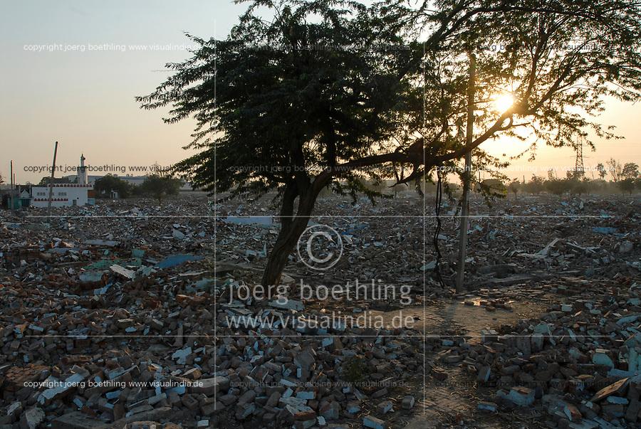 INDIA, New Delhi, demolished Slum Naglamachi, peoples were resettled by force in far suburb / INDIEN  Neu Delhi , zerstoerter Slum Naglamachi, Bewohner wurden an den Stadtrand zwangs umgesiedelt