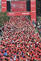 BOGOTA – COLOMBIA – 16-03-2013: Cerca de 10000 atletas participaron en la segunda versión del Avianca RunTour 2014, por las calles de Bogota. Avianca impulsado a promover el atletismo como deporte universal, al tiempo contribuye a la salud de los niños de escasos recursos económicos que requieren atención medica y quirúrgica especializada, es asi como Avianca entrega a la Fundacion Cardio Infantil los dineros recaudados para la dotación de la Unidad de Cuidados Intensivos de Neonatos. / Nearly 10,000 athletes participated in the second version of Avianca RunTour 2014, in the streets of Bogota. Avianca driven to promote athletics as universal sport, while contributing to the health of children of low income who require specialized medical and surgical care, is also Avianca delivery to the Fundacion Cardio Infantil, the monies raised for the endowment of the unit Neonatal Intensive Care. Photo: VizzorImage / Luis Ramirez / Staff.