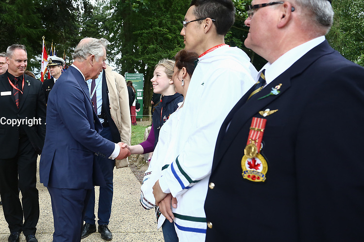 SAR le prince de Galles serre la main de la jeune déléguée canadienne Sarah Mack, sous le regard d'autres membres de la délégation.<br /> <br /> Photo : Julien Faure