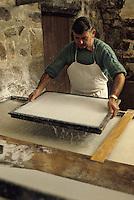 Europe/France/Auverne/63/Puy-de-Dôme/Env. d'Ambert/Moulin Richard-de-Bas: Musée historique du papier - Fabrication atisanale du papier  // Europe, France, Auverne, Puy-de-Dôme, Env. d'Ambert: Richard de Bas paper mill and museum<br /> [Non destiné à un usage publicitaire - Not intended for an advertising use]