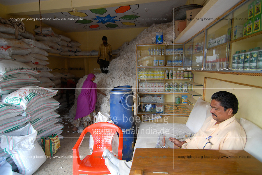 INDIA Madhya Pradesh , agro shop sell seeds pesticides fertilizer for BT cotton farmer and buy the cotton harvest / INDIEN Madhya Pradesh , Haendler vertreibt saatgut Pestizide Duenger fuer Baumwollfarmer , Aufkauf der Baumwollernte von gentechnisch veraenderter Baumwolle