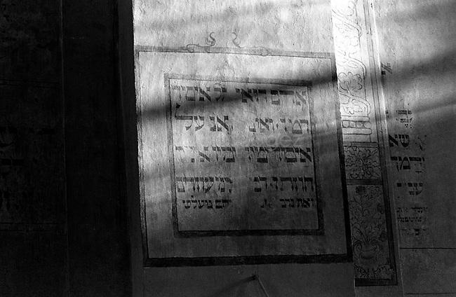 POLAND, 05.2002, Krakow..Detail on a wall of the Old Synagogue, now the Jewish Museum, in Kazimierz. By the outbreak of WWII there were 65,000 Jews in Krakow (30% of the city's population) and most lived in Kazimierz. .POLOGNE, Cracovie, Mai 2005..Détail sur le mur de l'Ancienne Synagogue, aujourd'hui musée juif. Avant la guerre, 65000 Juifs vivaient à Cracovie (30% de la population), en particulier dans le quartier de Kazimierz..© Bruno Cogez
