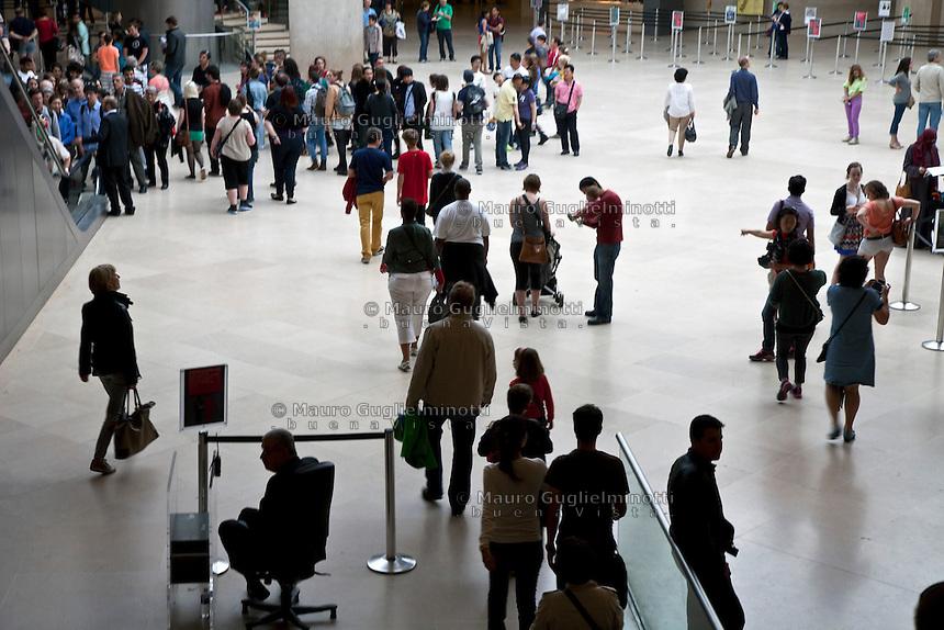 Parigi, museo del Louvre, hall  gente all'entrata all'interno della piramide di Pei