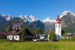Oesterreich, Salzburger Land, Pinzgau, Lofer mit Pfarrkirche und den Loferer Steinbergen   Austria, Salzburger Land, Pinzgau, Lofer with parish church and Loferer mountains