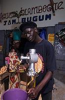 Afrique/Afrique de l'Ouest/Sénégal/Basse-Casamance/Ziguinchor : Marché Saint-Maur - Marchand d'huile d'arachide