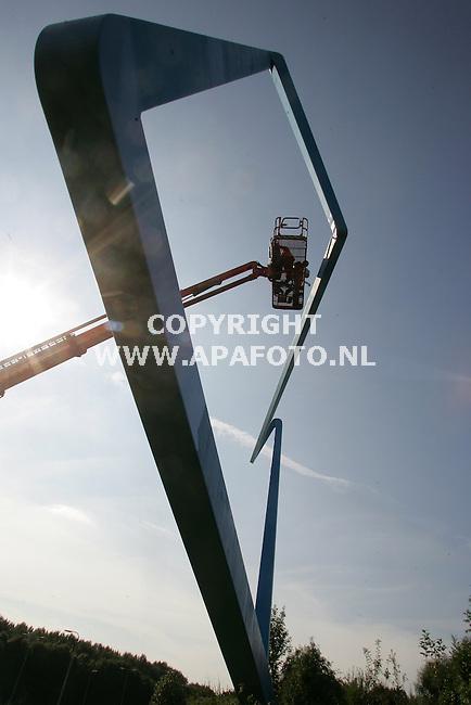 """Huissen 130905 Schilders van Schildersbedrijf midden nederland uit tiel geven het 22 meter hoge kunstwerk 'dansend vierkant"""" aan de pleyroute een schilders- en opknapbeurt.<br />foto frans Ypma APA-foto"""