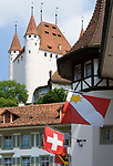 CHE, Schweiz, Kanton Bern, Berner Oberland, Thun: Altstadt mit Schloss Thun, Schweizer Flagge und Flagge der Stadt Thun | CHE, Switzerland, Bern Canton, Bernese Oberland, Thun: Old Town with castle Thun, Swiss flag and flag of Thun