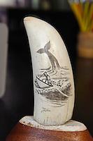 scrimshaw = gravierter Potwalzahn auf der Insel Pico, Azoren, Portugal