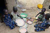 THIOPIA, Gambela, region Itang, Nuer village Pilual, twin sisters / AETHIOPIEN, Gambela, Region Itang, Dorf Pilual der Ethnie NUER, Hof von Herr Mun Kunen und Frau Neelam , sie sind vor dem Buergerkrieg aus dem Suedudan gefluechtet, Bhan ´s Schwestern sind Zwillinge, helfen der Großmutter beim kochen