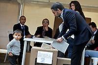 BOGOTÁ -COLOMBIA. 09-03-2014. Armando Benedetti, senador, ejerce su derecho al voto durante las elecciones parlamentarias en Bogotá, Colombia, hoy 9 de marzo de 2014. Los colombianos elegirán por voto directo en las urnas 102 nuevos miembros del Senado de la República, 166 representantes a la Cámara de Representantes y 5 representantes al Parlamento Andino./ Armando Benedetti, senator, exerts his right to vote in the parliamentary elections in Bogota, Colombia, today March 9, 2014. Colombians will elect by direct vote at the polls 102 new members of the Senate, 166 representatives to the House of Representatives and five representatives to the Andean Parliament. Photo: VizzorImage/ Gabriel Aponte / Staff