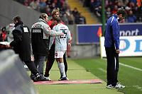Trainer J¸rgen Klopp (FSV Mainz 05) bedankt sich bei Mohamed Zidan (FSV Mainz 05), der ein gutes Spiel gemacht hat und ausgwechselt wird, daneben wirkt Trainer Friedhelm Funkel (Eintracht Frankfurt) ratlos