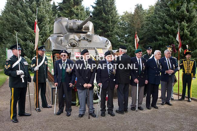 Groesbeek 170910 onthulling gerestaureerde Shermantank  bij bevrijdingsmuseum Groesbeek.<br /> Groepsfoto van de  nog steeds talrijk aanwezige veteranen voor de gerestaureerde tank.<br /> Foto Frans Ypma APA-foto