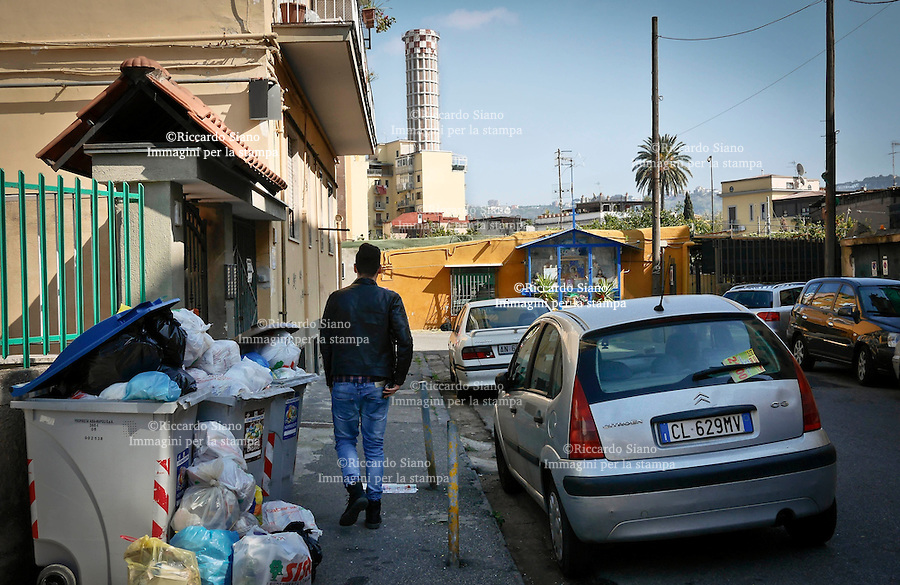- NAPOLI 18 MAR  2014 - Bagnoli rifiuti differenziati  non rimossi da giorni, tranne il cartone. Via Eurialo