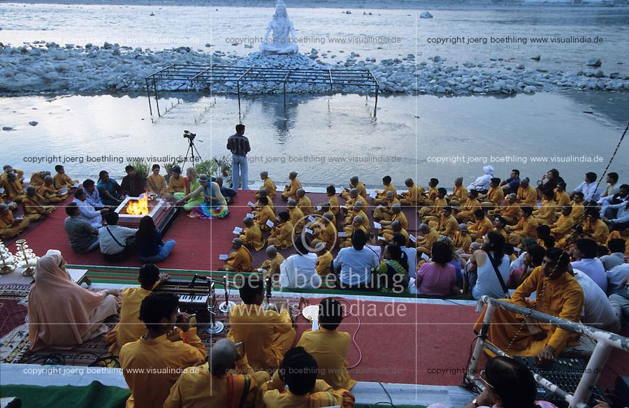 INDIA Rishikesh, hindu ceremony infront of Shiva Stature at River Ganges Ganga / INDIEN Rishikesh, Hindu Zeremonie am Fluss Ganges mit Shiva Statue