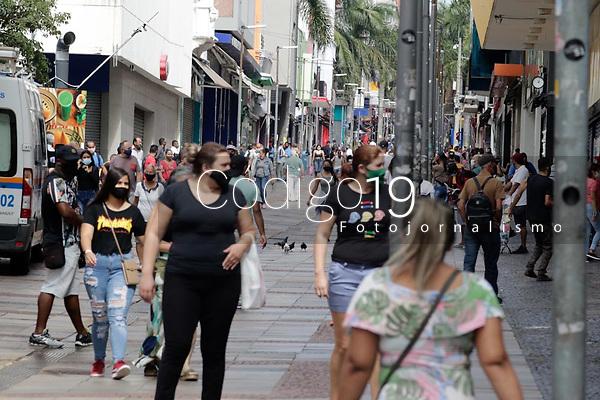 Campinas (SP), 07/04/2021 - Covid-SP - Movimentação na região central de Campinas, interior de São Paulo, nesta quarta-feira (07).<br /> A Secretaria de Saúde de Campinas confirmou nesta terça-feira (6) um novo recorde de mortes de covid-19 anunciadas em 24 horas. O boletim epidemiológico de terça-feira (06)  trouxe o registro de 69 óbitos na cidade. O recorde anterior de confirmações foi no dia 29 de março, com 60 óbitos.<br /> Com isso, 2.526 moradores de Campinas perderam a vida para a doença desde o começo da pandemia, em março de 2020.