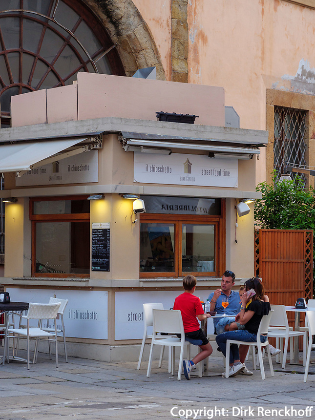 Café an der Piazza Cavour, Portoferraio, Elba, Region Toskana, Provinz Livorno, Italien, Europa<br /> Café at Piazza Cavour, Portoferraio, Elba, Region Tuscany, Province Livorno, Italy, Europe
