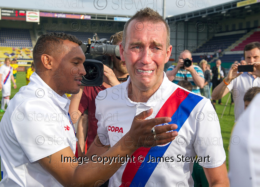 Fernando Ricksen Testimonial : Fernando Ricksen breaks down as he meets former teammates, whilst going along the line up of players before the match.