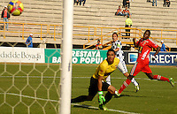 TUNJA -COLOMBIA, 12-04-2014. Alejandro Mancera (C) de Boyacá Chicó dipara para anotar un gol a Patriotas FC durante partido válido por la fecha 17 de la Liga Postobón I 2014 realizado en el estadio La Independencia en Tunja./ Boyaca Chico player Alejandro Mancera (C) shoot to score a goal to Patriotas FC during match for the 17th date of Postobon League I 2014 at La Independencia stadium in Tunja. Photo: VizzorImage/Jose Miguel Palencia/STR