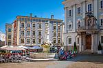 Deutschland, Niederbayern, Passau: Cafés am Residenzplatz mit dem Wittelbacher Brunnen vor der Residenz | Germany, Lower Bavaria, Passau: cafés at Residence Square with Wittelsbacher fountain in front of The Residence