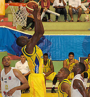 BUCARAMANGA -COLOMBIA, 06-04-2013. Mendoza Valencia de Bambuqueros anota durante partido de la vigésimacuarta fecha de la Liga DirecTV de baloncesto profesional colombiano disputado en la ciudad de Bucaramanga./  Mendoza valencia of Bambuqueros score during game of the 24th date of the DirecTV League of professional Basketball of Colombia at Bucaramanga city. Photo:VizzorImage / Jaime Moreno / STR
